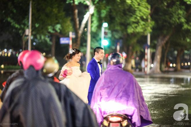 Hà Nội vào mùa cưới, một mét vuông mấy chục cô dâu chen nhau tạo dáng, bất chấp gió mưa - Ảnh 12.