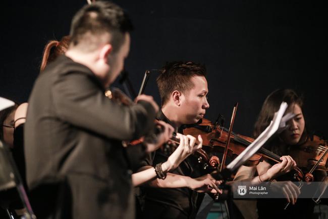 Tối cuối tuần, phố đi bộ Hà Nội vui hơn hẳn với buổi biểu diễn của dàn nhạc giao hưởng London - Ảnh 14.