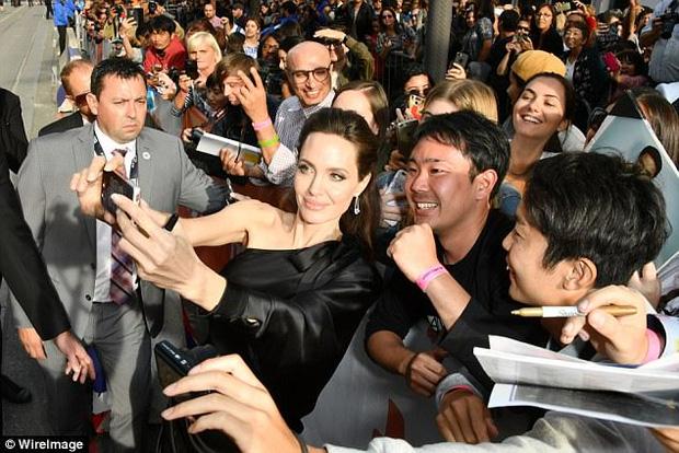 Pax Thiên giờ đã là quý tử cao nhất nhà Angelina Jolie, xuất hiện đầy chững chạc trên thảm đỏ - Ảnh 12.