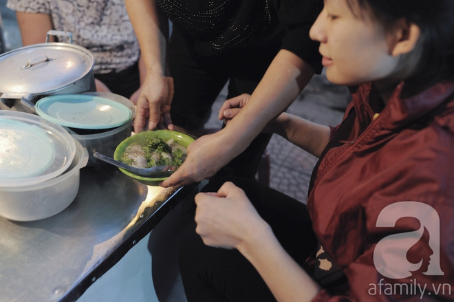 Quán bánh bột lọc 30 năm tuổi phố Ngọc Lâm, quán vỉa hè, mở hàng giờ dị mà vẫn nườm nượp khách - Ảnh 13.