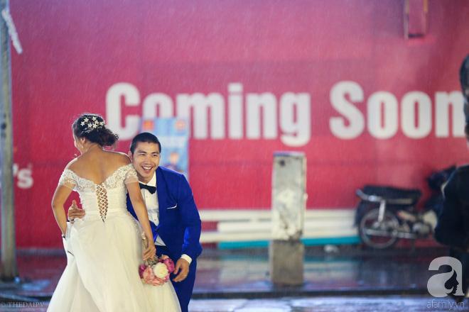 Hà Nội vào mùa cưới, một mét vuông mấy chục cô dâu chen nhau tạo dáng, bất chấp gió mưa - Ảnh 13.