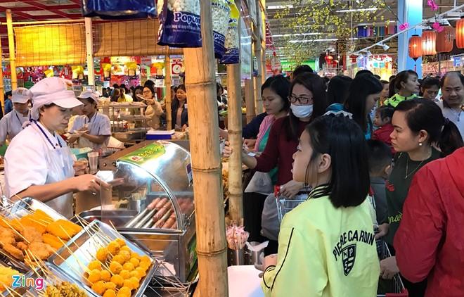 Đổ xô sắm Tết ngày cuối kỳ nghỉ lễ ở Sài Gòn, Hà Nội - Ảnh 14.