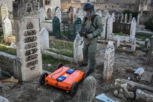Công binh Nga cày xới từng mét đất Aleppo - Ảnh 13.