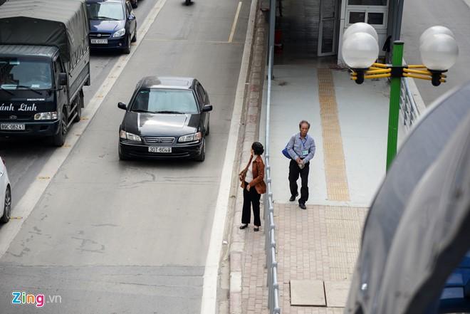 Hành khách lúng túng tìm lối ra vào nhà chờ buýt nhanh BRT - Ảnh 14.
