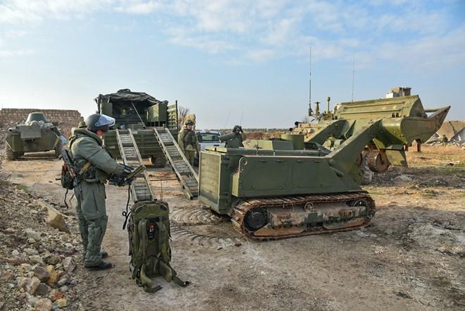 Lính Nga vật lộn với bom mìn chưa nổ ở Aleppo - Ảnh 14.
