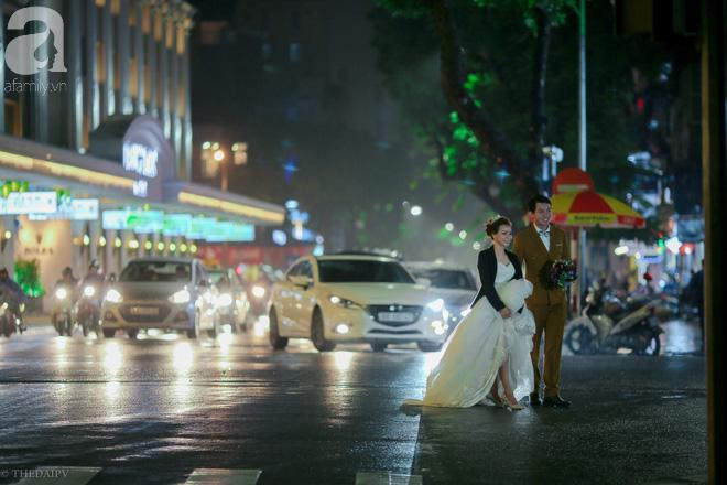 Hà Nội vào mùa cưới, một mét vuông mấy chục cô dâu chen nhau tạo dáng, bất chấp gió mưa - Ảnh 14.