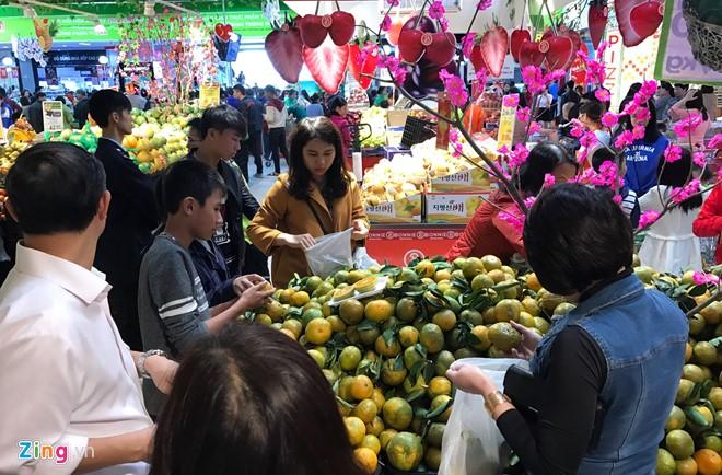 Đổ xô sắm Tết ngày cuối kỳ nghỉ lễ ở Sài Gòn, Hà Nội - Ảnh 15.