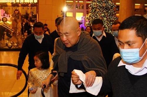 Tỷ phú Hong Kong chống gậy đưa vợ đáng tuổi cháu đi mua sắm - Ảnh 5.