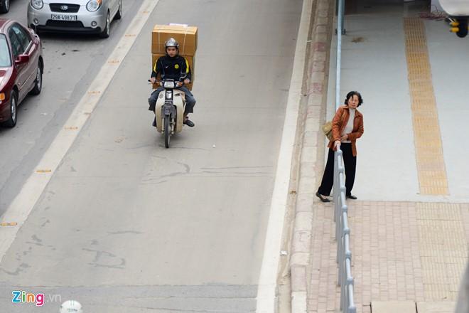 Hành khách lúng túng tìm lối ra vào nhà chờ buýt nhanh BRT - Ảnh 15.
