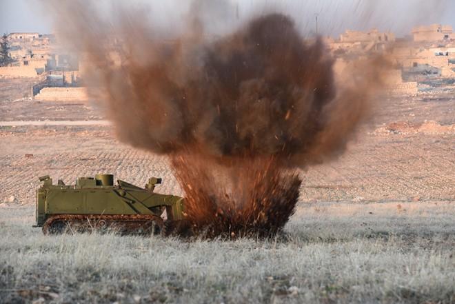 Lính Nga vật lộn với bom mìn chưa nổ ở Aleppo - Ảnh 15.