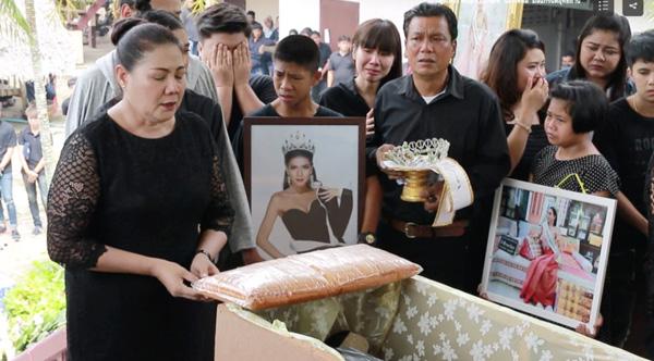 Đám tang Hoa hậu 19 tuổi Thái Lan: Cuối cùng bố mẹ đẻ cô cũng đến - Ảnh 5.