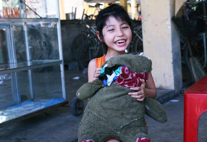 Người mẹ quét rác và 2 đứa trẻ thiểu năng suốt 10 năm ôm con gấu bông rách vì tưởng là… bố - Ảnh 15.