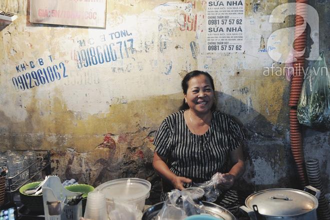 Quán bánh bột lọc 30 năm tuổi phố Ngọc Lâm, quán vỉa hè, mở hàng giờ dị mà vẫn nườm nượp khách - Ảnh 15.