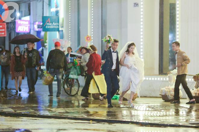 Hà Nội vào mùa cưới, một mét vuông mấy chục cô dâu chen nhau tạo dáng, bất chấp gió mưa - Ảnh 15.