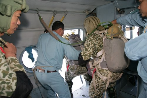 Bộ đội Đặc công nâng cao khả năng hiệp đồng tác chiến, đổ bộ đường không - Ảnh 3.