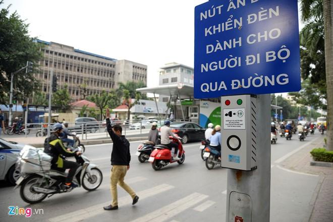 Hành khách lúng túng tìm lối ra vào nhà chờ buýt nhanh BRT - Ảnh 16.