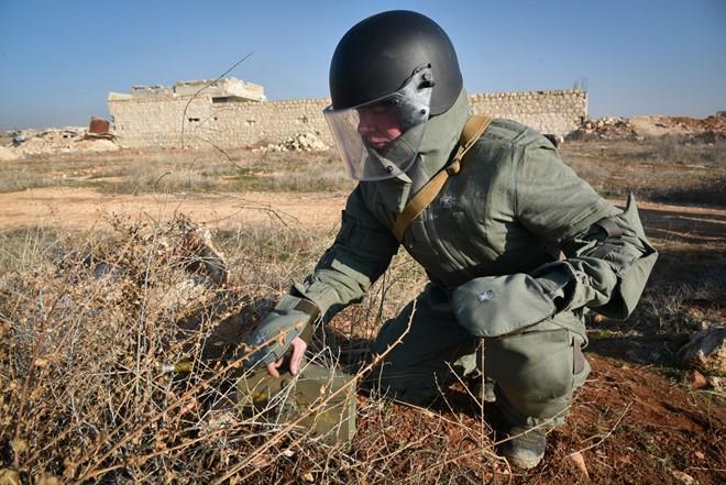 Lính Nga vật lộn với bom mìn chưa nổ ở Aleppo - Ảnh 16.