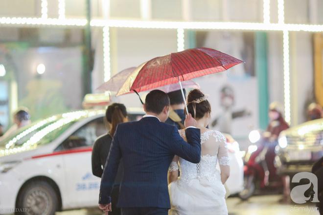 Hà Nội vào mùa cưới, một mét vuông mấy chục cô dâu chen nhau tạo dáng, bất chấp gió mưa - Ảnh 16.