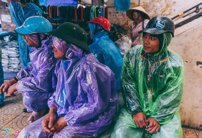 Những cảnh đời mưu sinh trong mưa lạnh - ảnh 17