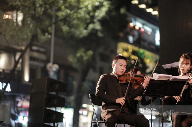 Tối cuối tuần, phố đi bộ Hà Nội vui hơn hẳn với buổi biểu diễn của dàn nhạc giao hưởng London - Ảnh 19.
