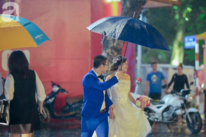 Hà Nội vào mùa cưới, một mét vuông mấy chục cô dâu chen nhau tạo dáng, bất chấp gió mưa - Ảnh 18.