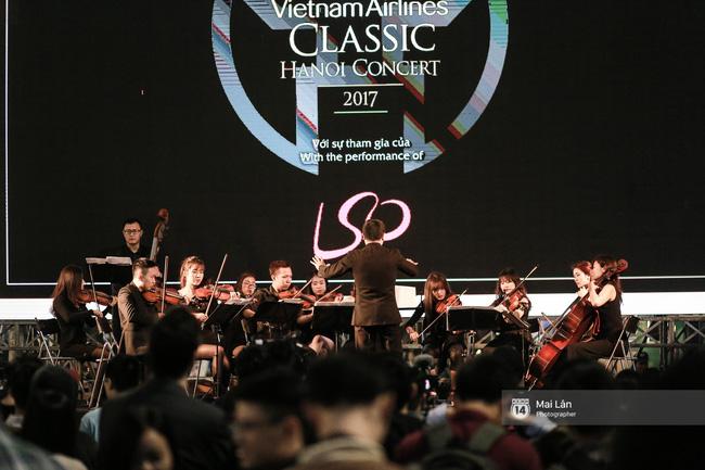 Tối cuối tuần, phố đi bộ Hà Nội vui hơn hẳn với buổi biểu diễn của dàn nhạc giao hưởng London - Ảnh 20.