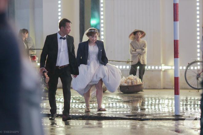 Hà Nội vào mùa cưới, một mét vuông mấy chục cô dâu chen nhau tạo dáng, bất chấp gió mưa - Ảnh 19.