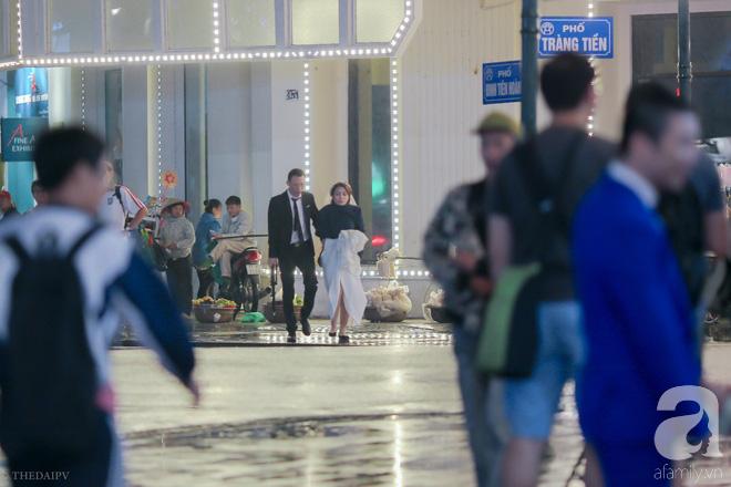 Hà Nội vào mùa cưới, một mét vuông mấy chục cô dâu chen nhau tạo dáng, bất chấp gió mưa - Ảnh 20.