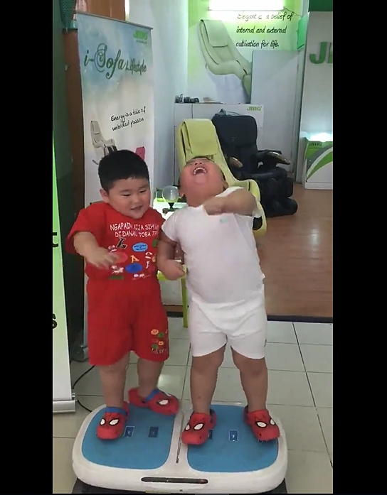 Hai cậu bé ẵm triệu view chỉ với đoạn clip đứng... rung lắc trên máy tập thể dục - Ảnh 4.