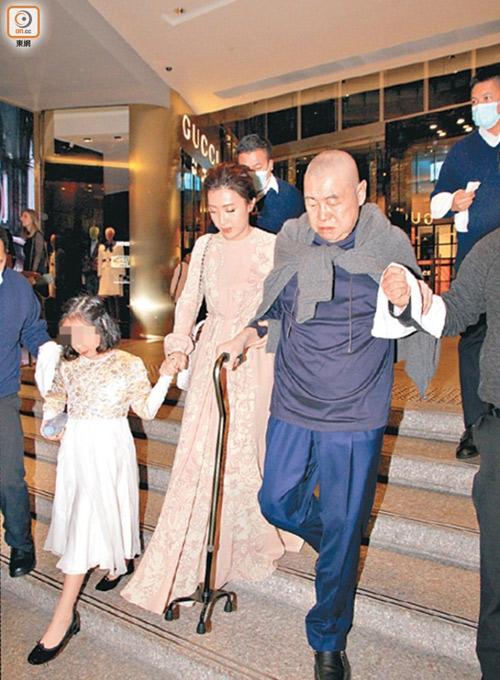 Tỷ phú Hong Kong chống gậy đưa vợ đáng tuổi cháu đi mua sắm - Ảnh 1.