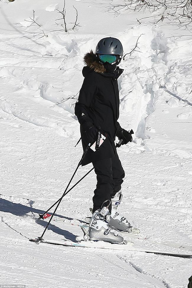 Angelina Jolie trượt tuyết với các con sau tin đồn giảm cân còn 34 kg - Ảnh 3.