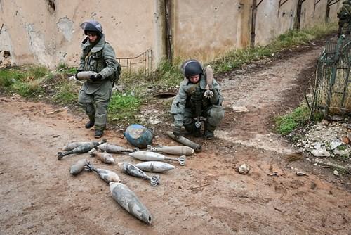Công binh Nga cày xới từng mét đất Aleppo - Ảnh 2.