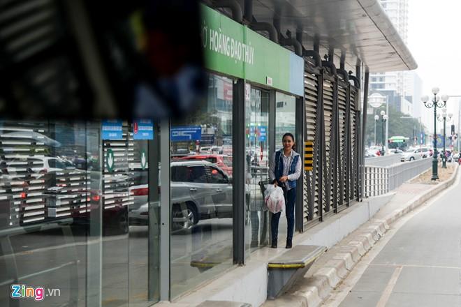 Hành khách lúng túng tìm lối ra vào nhà chờ buýt nhanh BRT - Ảnh 3.