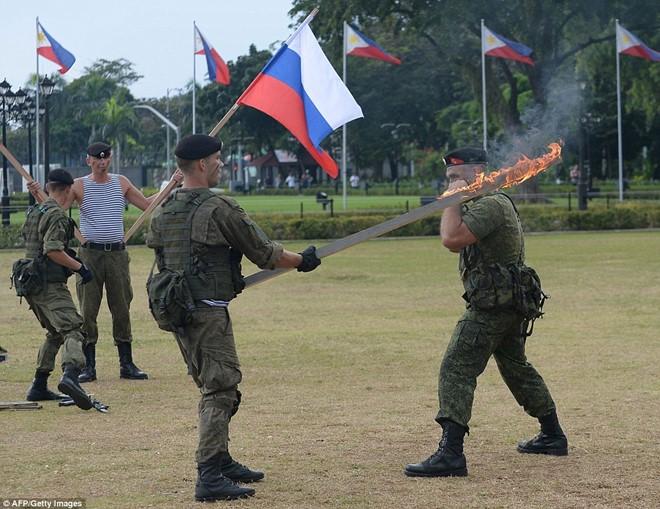 Lính Nga chịu bỏng, đập vỡ gạch trên người để tập luyện - Ảnh 3.