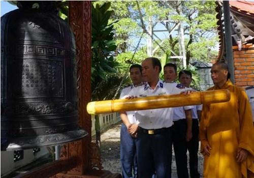 Tàu Cảnh sát biển 8002 thăm đảo Sinh Tồn - Ảnh 2.