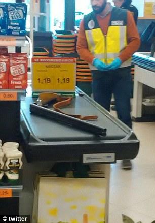 Xả súng ở siêu thị, hàng chục người hoảng loạn - Ảnh 2.