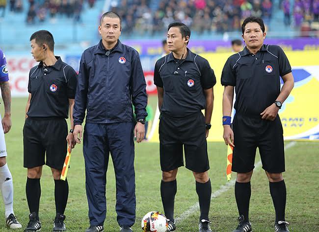 Mặc kệ dư luận, trọng tài Thư đủng đỉnh ngồi bàn sân Hàng Đẫy - Ảnh 2.