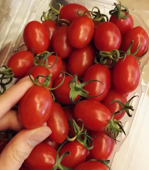 Cà chua bi nửa triệu, nhà giàu sốt bìa đậu phụ 10 ngàn - Ảnh 2.