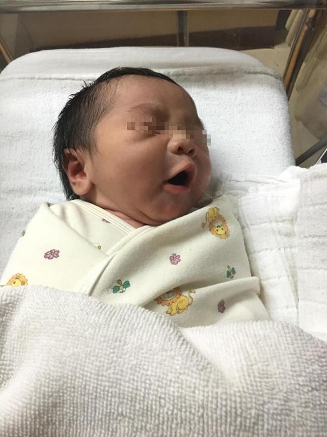 Đứa trẻ sơ sinh ngủ giữa đống tiền và nguyên do khiến nhiều người không khỏi ngao ngán - Ảnh 3.