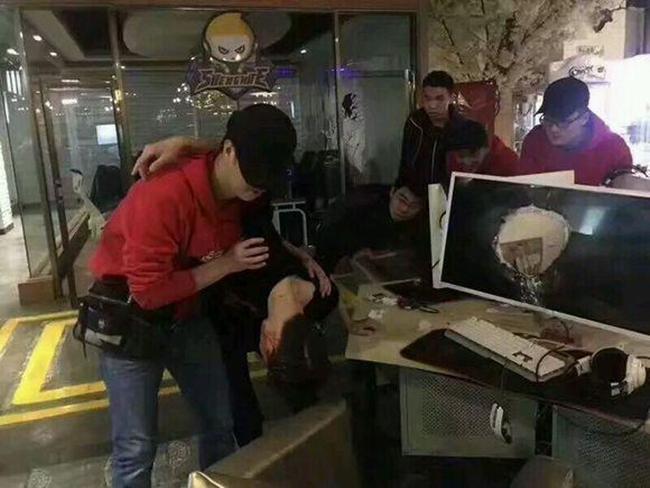Uất ức vì đồng đội chơi kém, game thủ dùng đầu đâm thủng màn hình máy tính trong quán net - Ảnh 3.