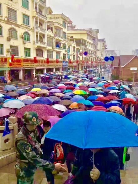 Du khách Trung Quốc kẹt cứng cửa khẩu Móng Cái và vịnh Hạ Long - Ảnh 3.