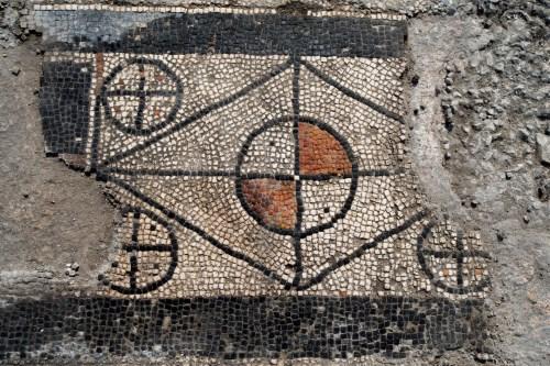 Tìm thấy nhiều tấm khảm bí ẩn, vết tích của một thành phố La Mã cổ đại bị chôn vùi - Ảnh 2.
