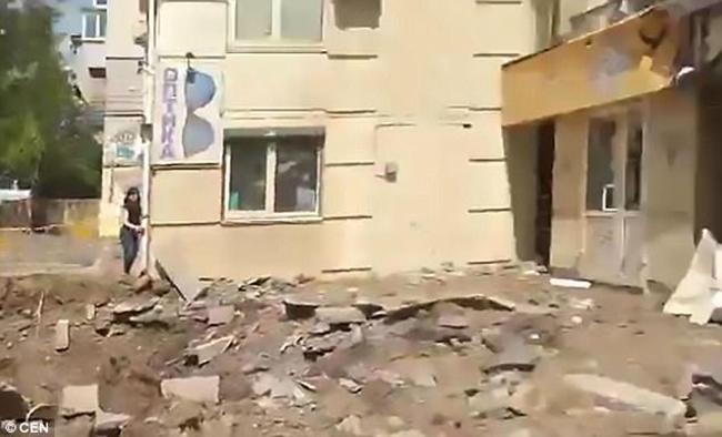 Đường ống nước ngầm đột ngột phát nổ sau 37 năm bị lãng quên dưới lòng đất Ukraina - Ảnh 3.