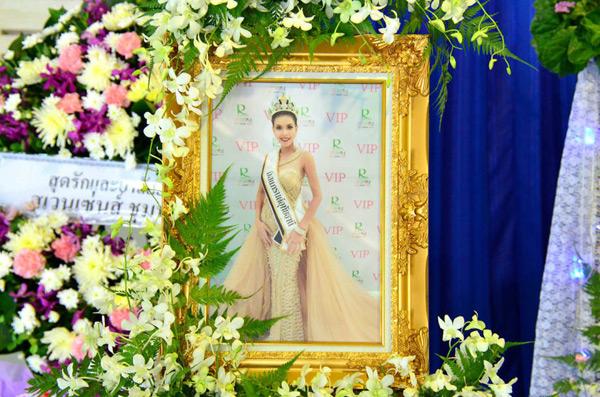 Đám tang Hoa hậu 19 tuổi Thái Lan: Cuối cùng bố mẹ đẻ cô cũng đến - Ảnh 1.