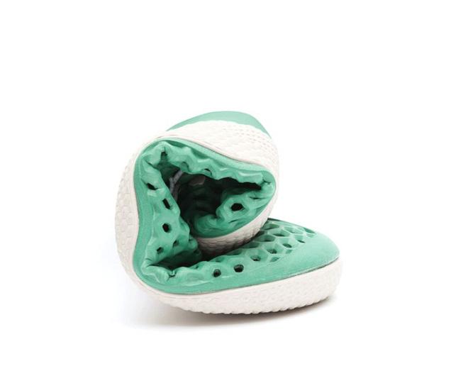 Đôi giày này sẽ là cứu cánh cho vấn nạn ô nhiễm môi trường nước trong tương lai - Ảnh 2.
