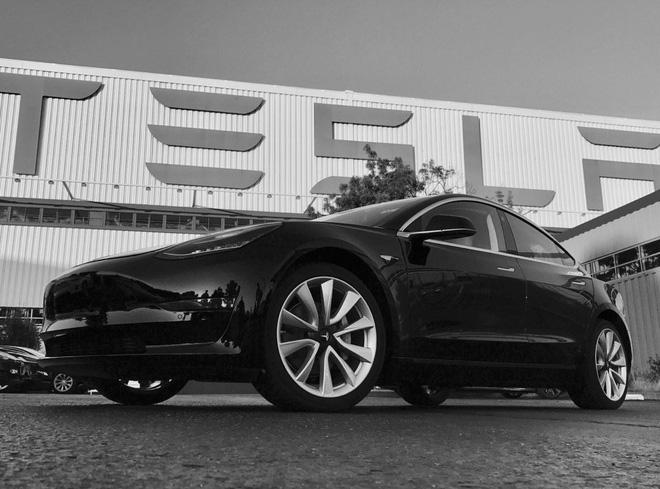 Elon Musk tiết lộ những hình ảnh của chiếc xe điện Tesla Model 3 đầu tiên rời dây chuyền sản xuất - Ảnh 2.
