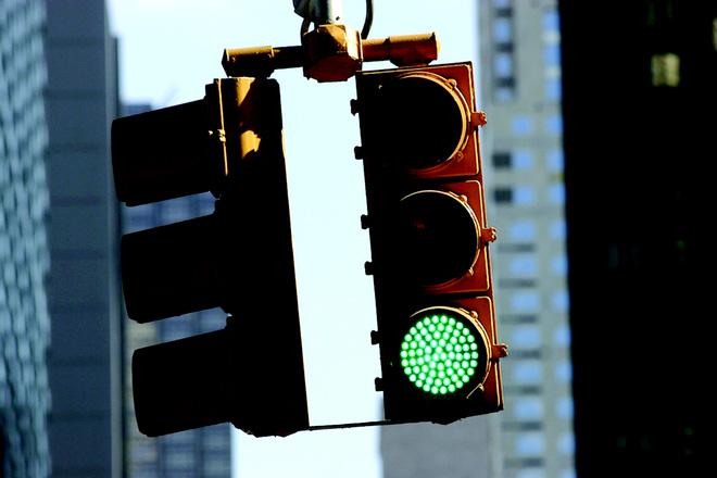 Cả bảng màu sắc phong phú, tại sao xanh - đỏ - vàng lại được chọn làm đèn tín hiệu giao thông? - Ảnh 2.