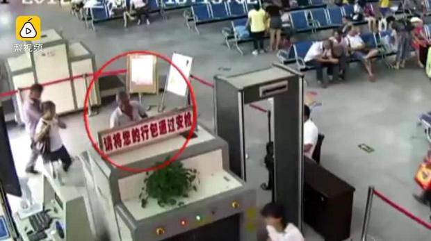 Khách để đồ lên máy soi, nhân viên an ninh bàng hoàng phát hiện ra 2 cánh tay người trong túi hành lý - Ảnh 3.