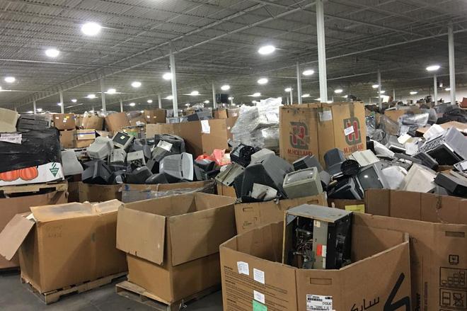 Cận cảnh nghĩa địa TV bao gồm 56.000 tấn TV cũ trong kho, công ty tái chế bị phạt 14 triệu USD để dọn chỗ này - Ảnh 2.