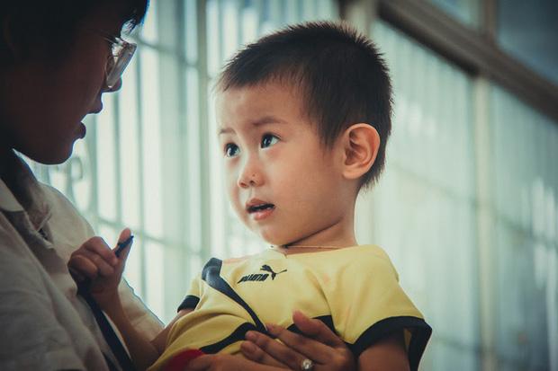 Bé trai nghi bị bỏ rơi trước cổng bệnh viện Từ Dũ đã được mẹ ruột đón về - Ảnh 2.